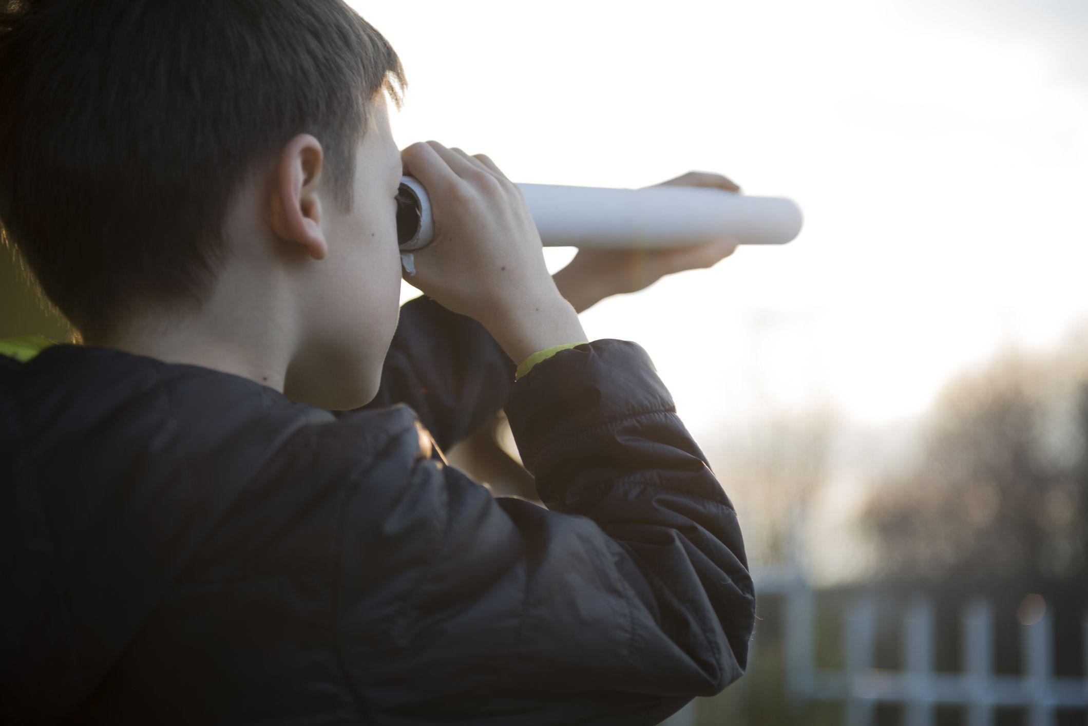 Niño con telescopio casero