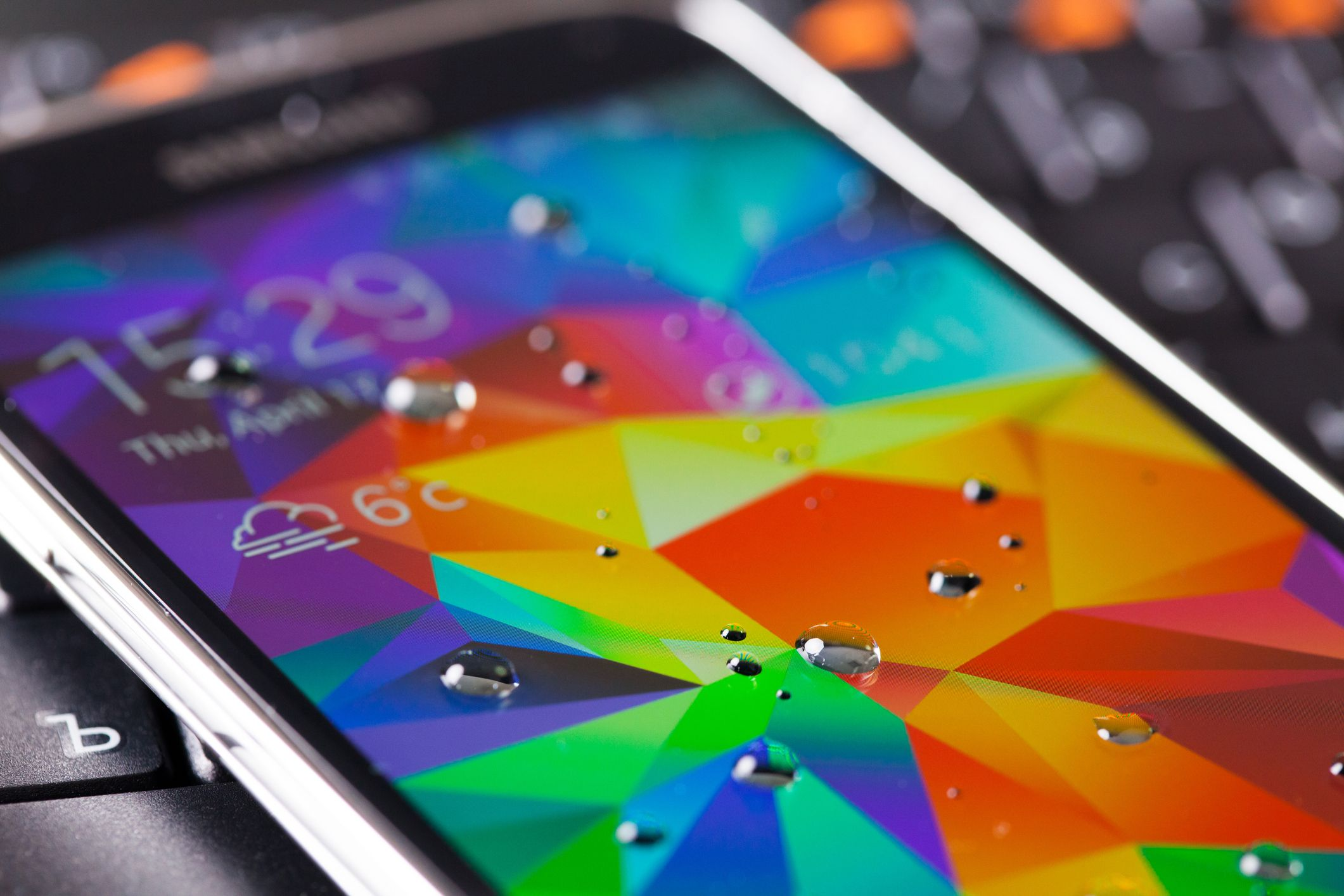 Pantalla de móvil con gotas de agua martin-dmGetty Images