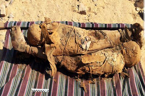 ¿Por qué a este hombre lo enterraron con docenas de momias?
