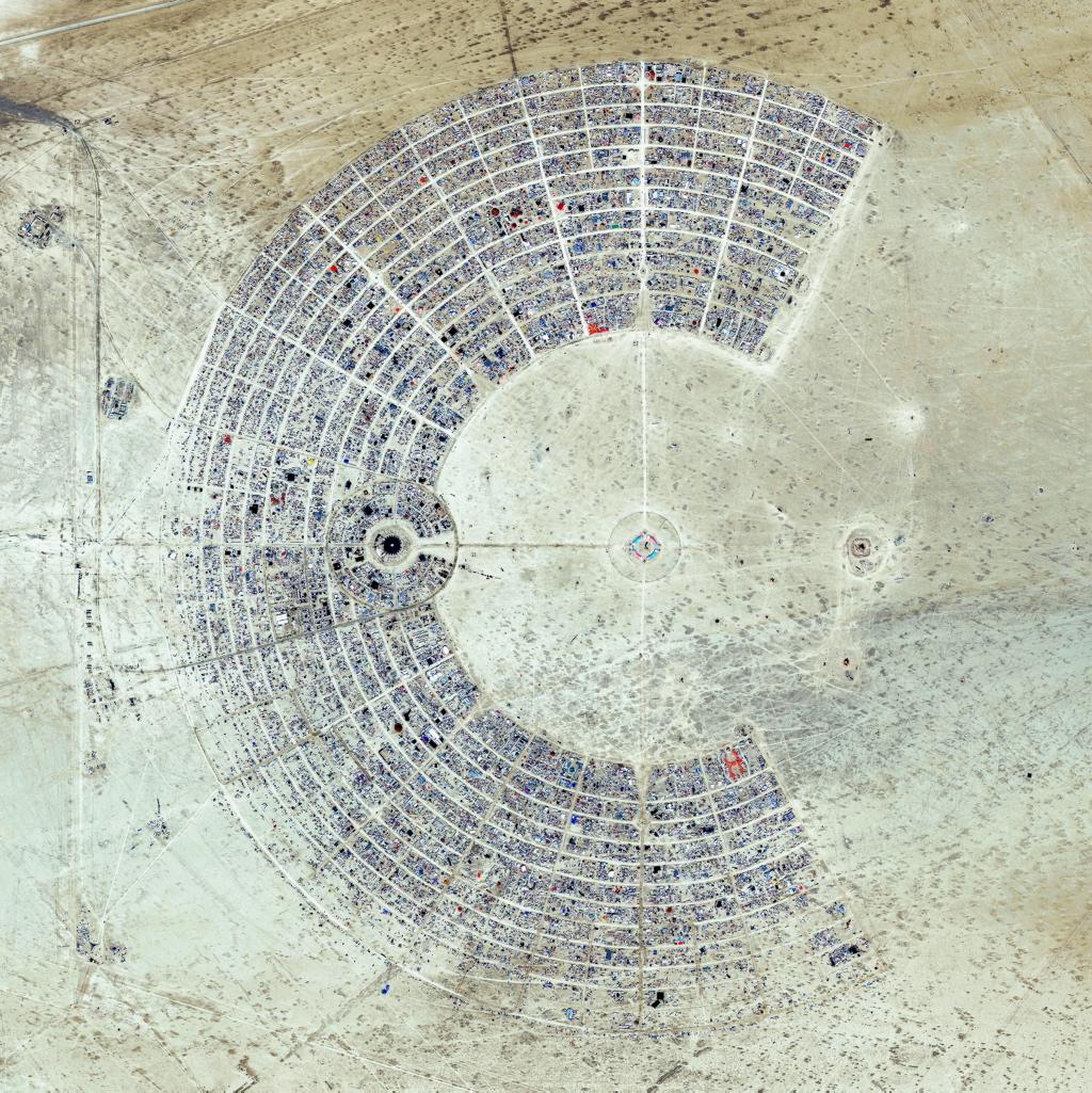 Así de raro (y bello) se ve el Burning Man desde un satélite