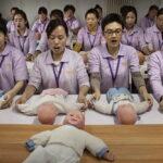 Así se preparan en China para ser niñeras
