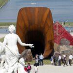 Atacan en Versalles la controvertida escultura 'la vagina de la reina'