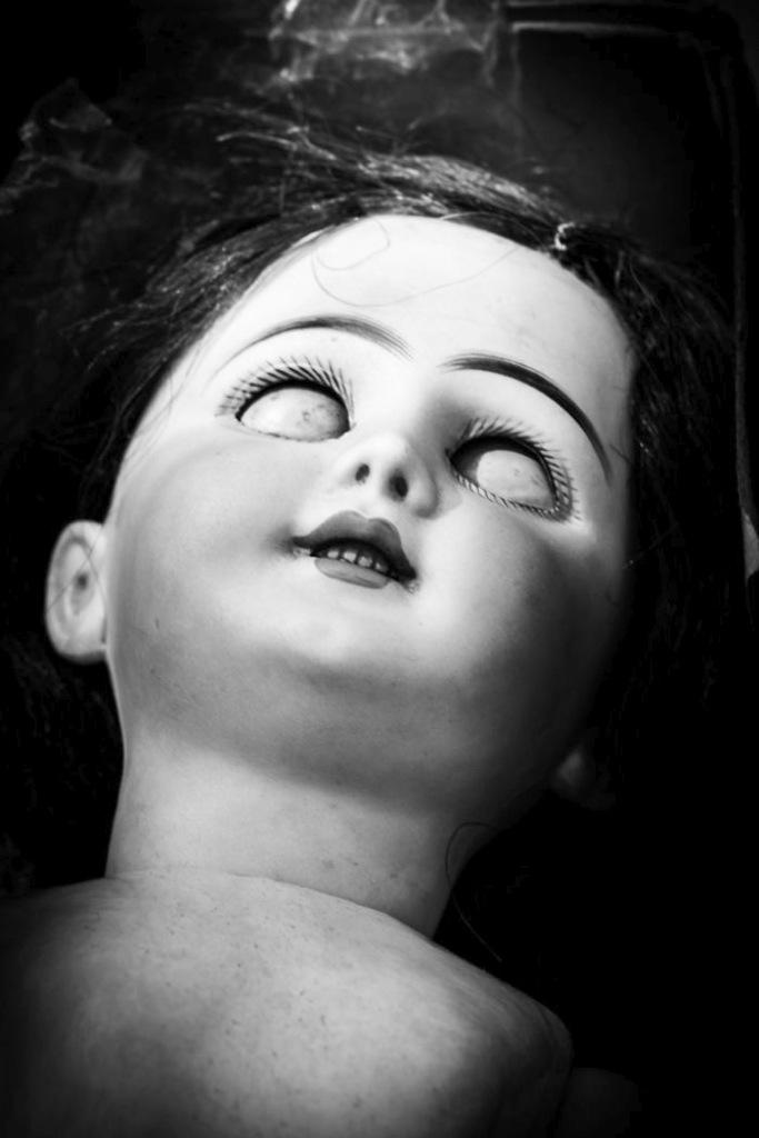 Aterradoras fotos de muñecas abandonadas