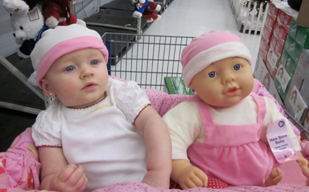 Bebés que se parecen demasiado a sus muñecos