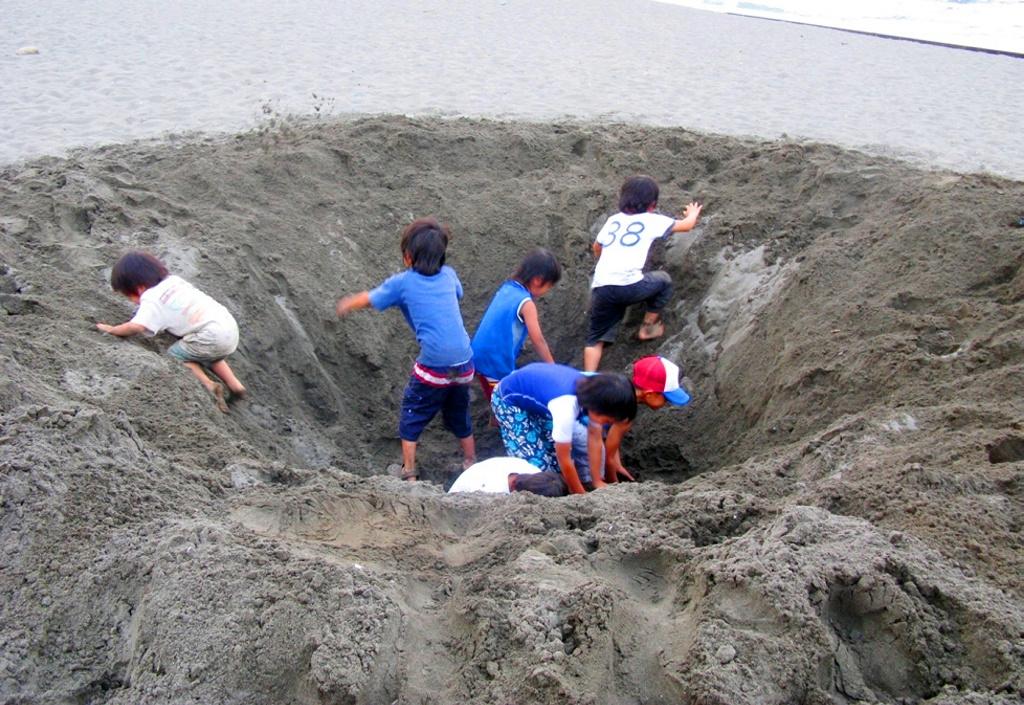 Cavar hoyos en la playa puede costarte la vida