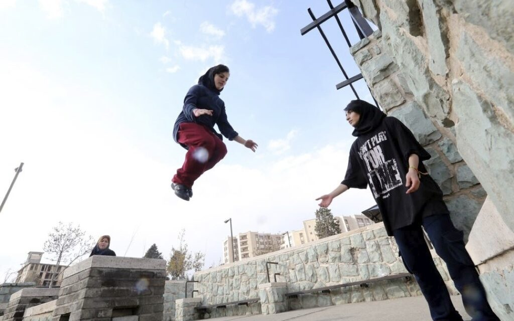 Chicas haciendo parkour en Irán