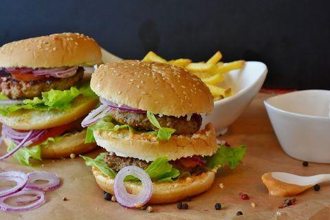 ¿Hamburguesa con patatas o dos hamburguesas?