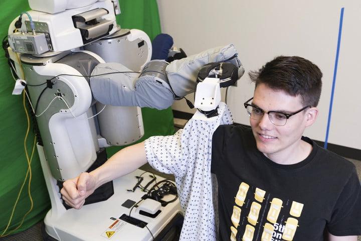 ¿Dejarías que un robot te vistiera? No es una nueva tecnología para vagos