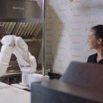 Despiden (por un tiempo) a Flippy, el robot capaz de freír hamburguesas por sí solo