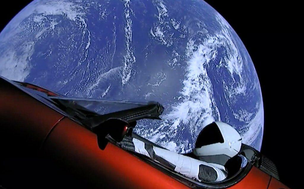 El Roadster rojo de Tesla vuela camino hacia Marte al ritmo de Space Oddity… y el mundo enloquece