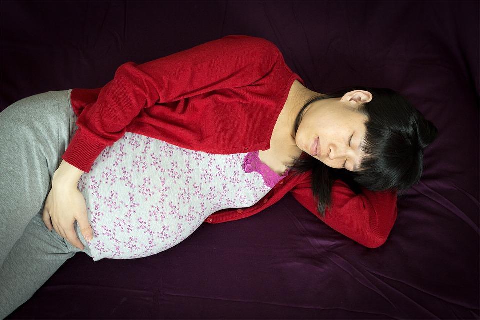 ¿Embarazada? Esta es la posición en la que debes dormir, según la ciencia.