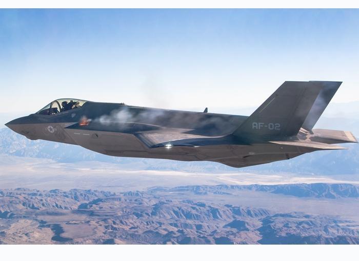 Espectacular vídeo de un F-35 disparando en pleno vuelo