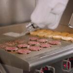 Flippy, el robot cocinero que fríe las hamburguesas por ti… incluso limpia la plancha