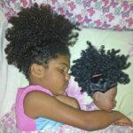 Fotos de niños que se parecen a sus muñecas