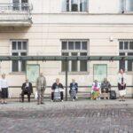 Gente en la parada del autobús