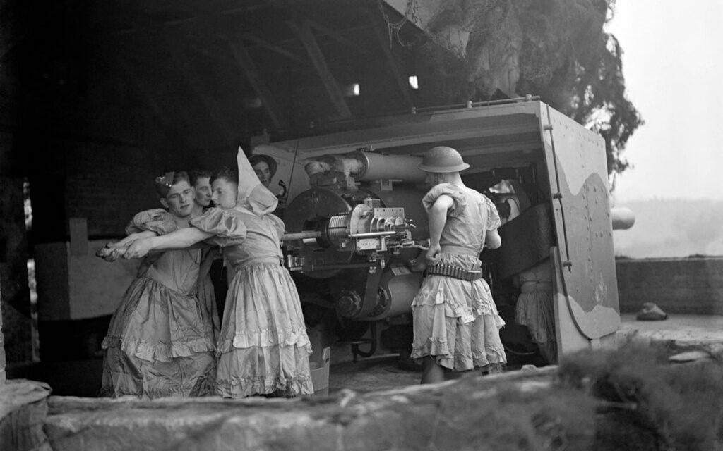 La imagen más insólita de la II Guerra Mundial. ¿Por qué estos soldados combatían vestidos de mujer?