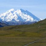 La montaña más alta de América del Norte está llena de heces humanas
