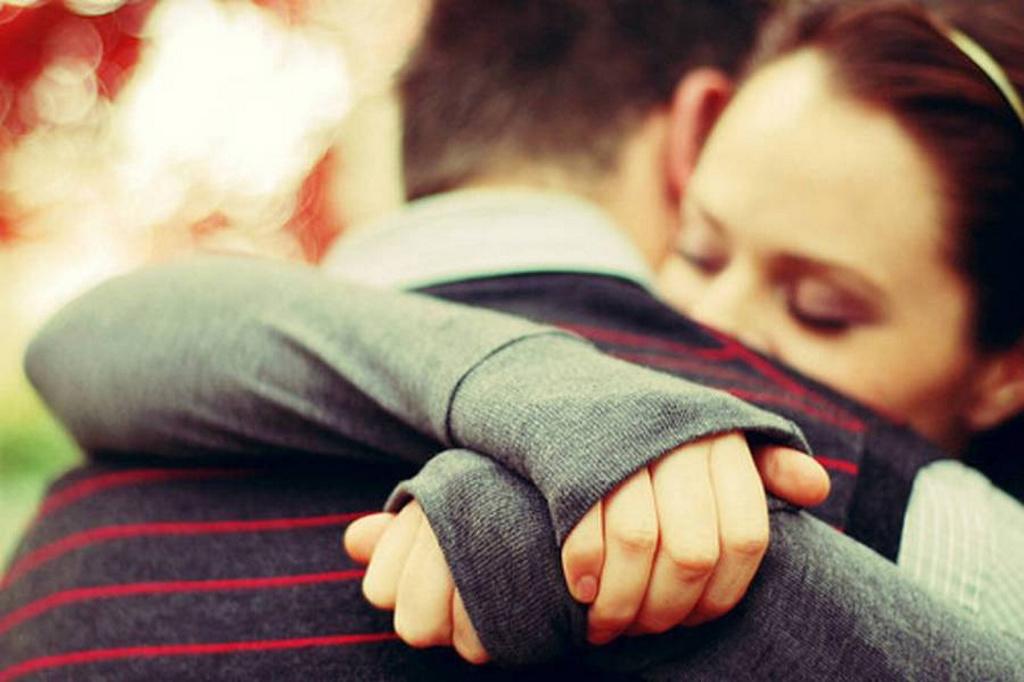 Los sentimientos determinan el lado por el que abrazamos a la gente