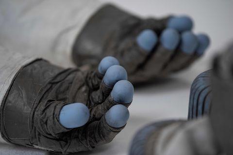 ¿Qué está ocurriendo con los guantes de Neil Armstrong?