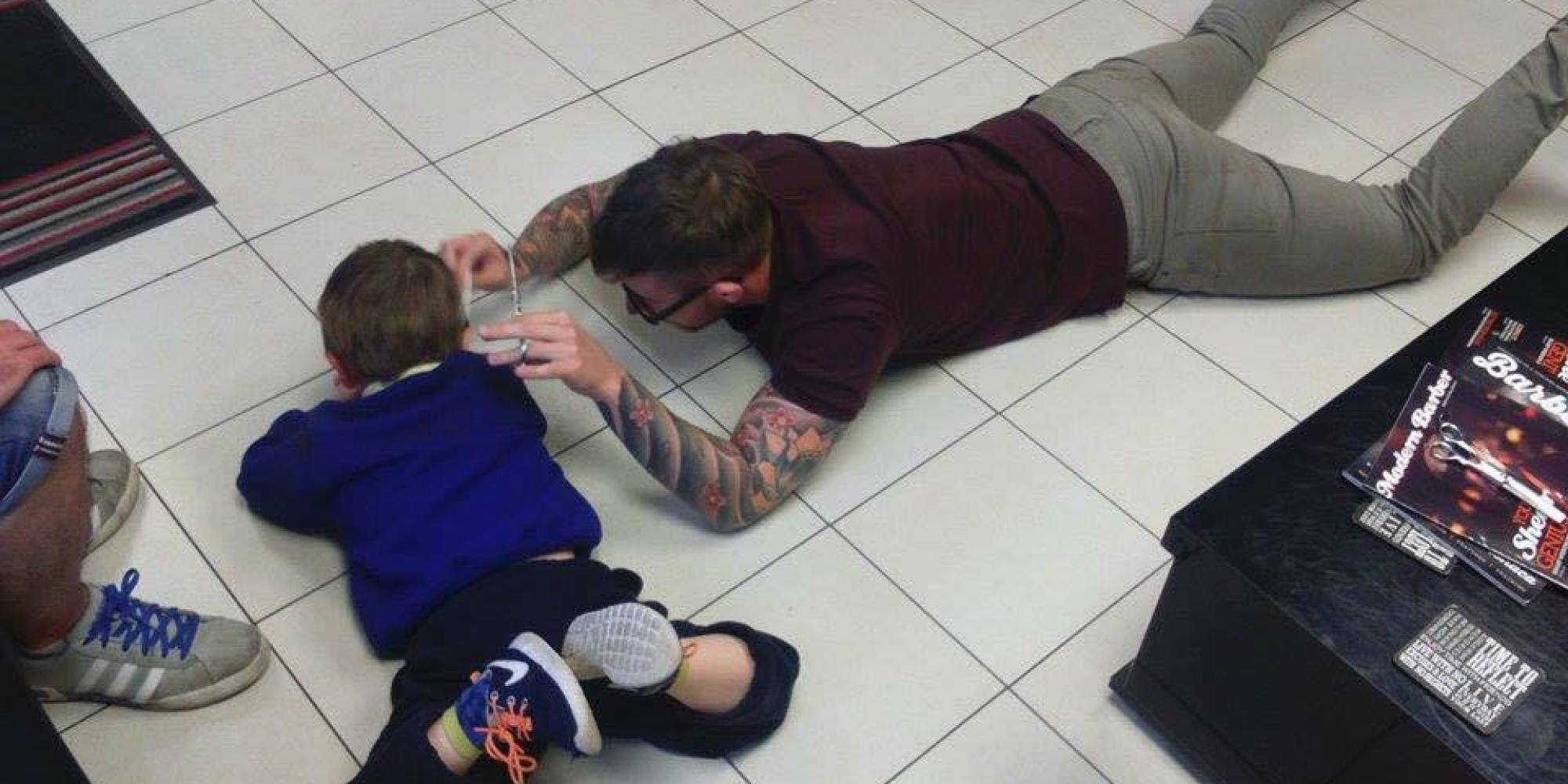 Maravillosa empatía de un peluquero con un niño autista