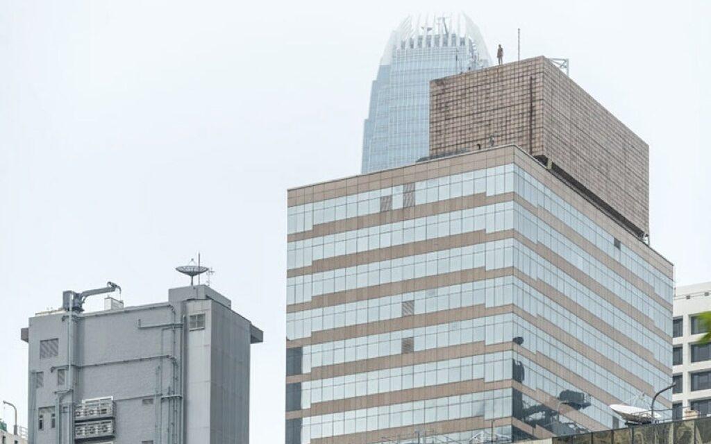 Misteriosas figuras acechan en las alturas de Hong Kong