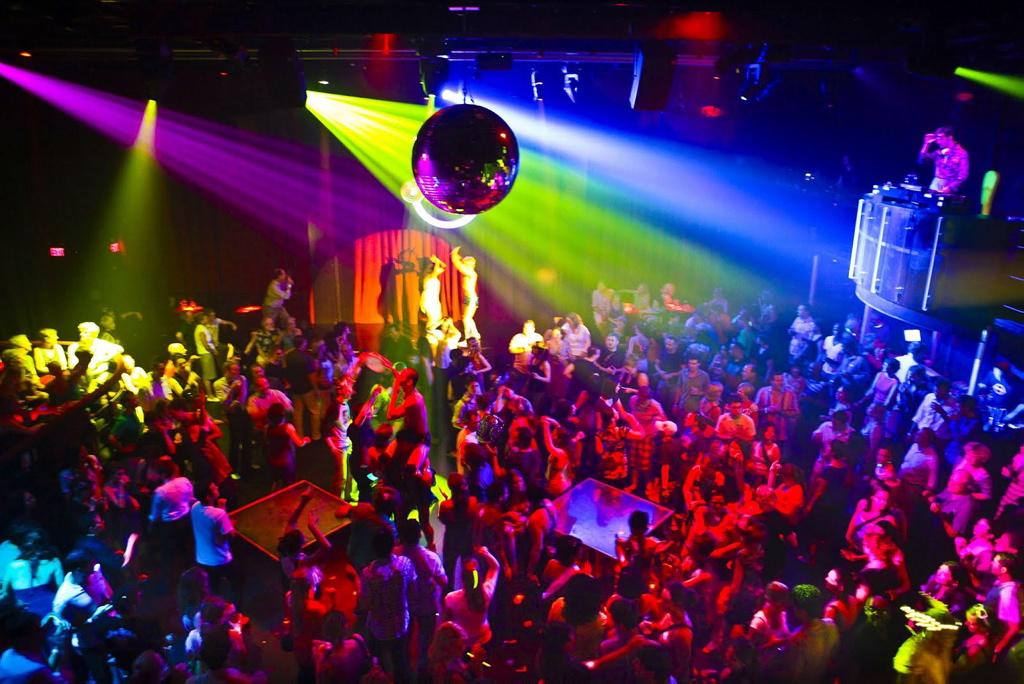 ¿Pagarías un impuesto por bailar en la discoteca?