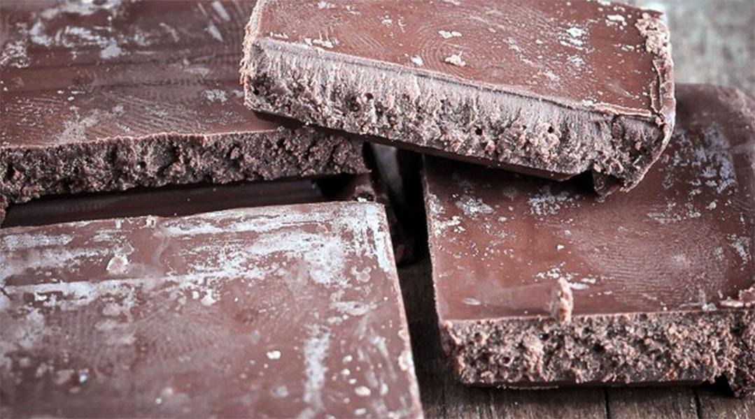 ¿Por qué al chocolate le salen motas blancas al llevar unos días al aire?
