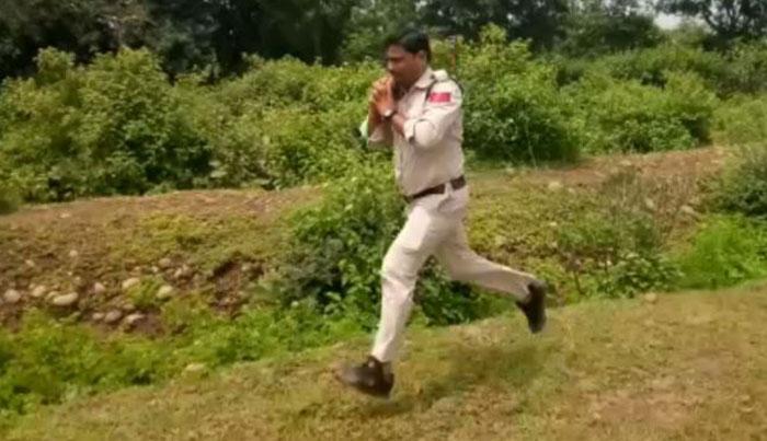 ¿Por qué corrió este hombre durante un kilómetro con una bomba en el hombro?