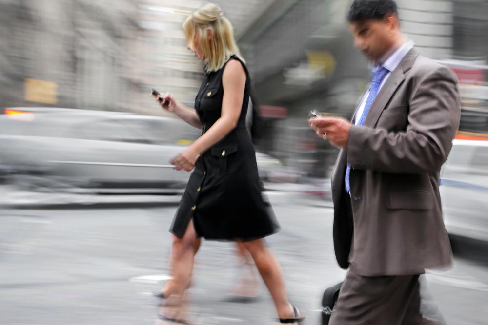 ¿Por qué no debes mirar el móvil cuando andas por la calle?