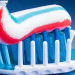 ¿Por qué no debes tragarte la pasta de dientes? Un nuevo estudio explica los riesgos