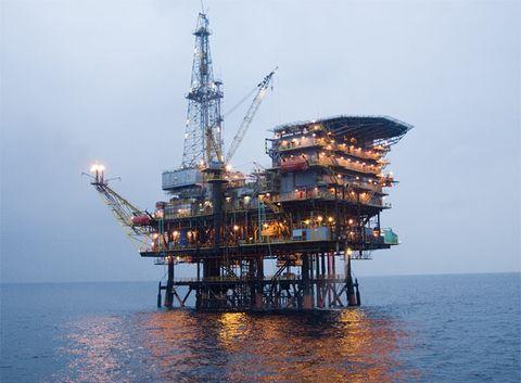 ¿Qué llena el espacio que queda cuando se extrae el petróleo de los pozos?