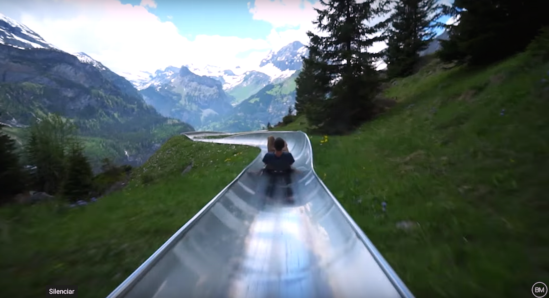 ¿Qué se siente al bajar una montaña de Los Alpes por un tobogán?