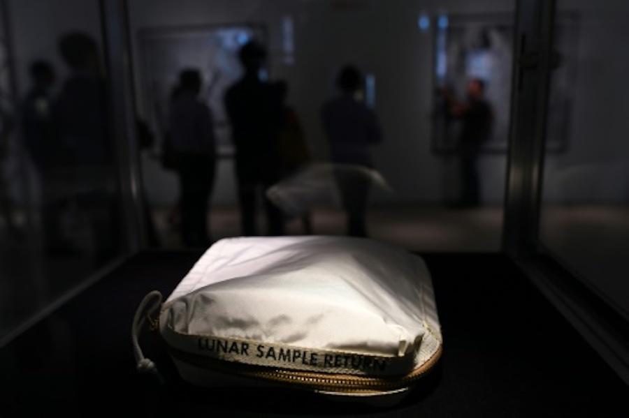 Subastan la bolsa que Neil Armstrong usó para recolectar muestras lunares