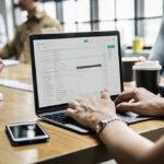 Un estudio dice que consultar emails profesionales fuera del trabajo debería contar como jornada laboral