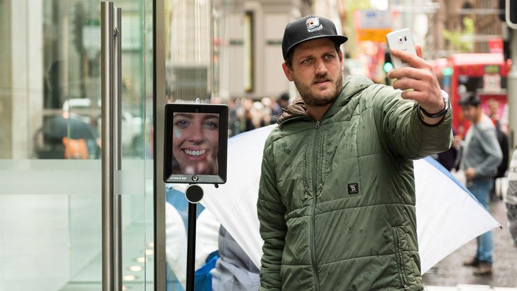 Un robot hace cola en Australia para comprar el nuevo iPhone 6S