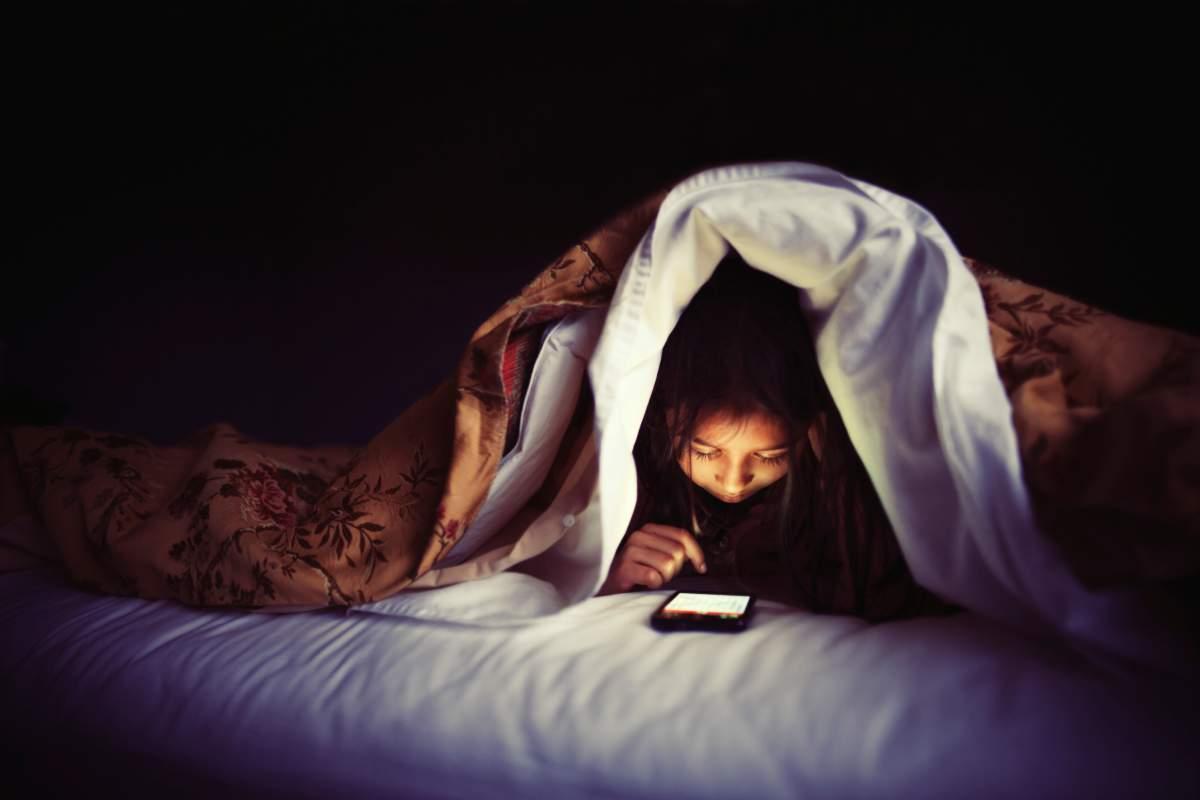 Un truco para evitar que la luz azul del móvil perjudique tu descanso