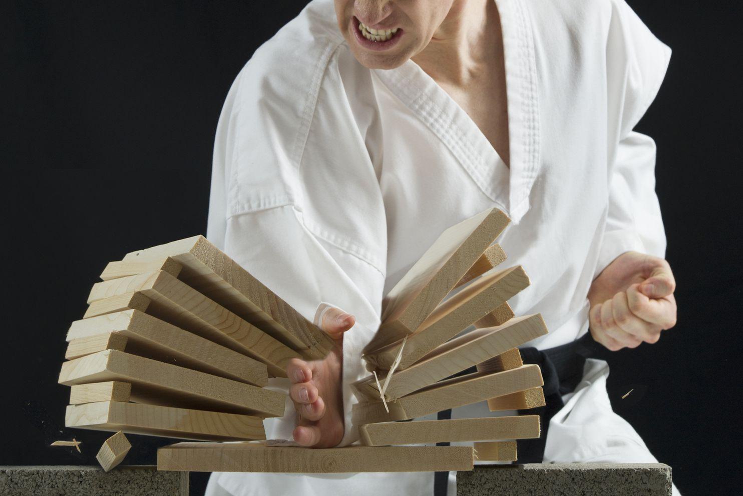 ¿Quién golpea más fuerte, un karateka o un boxeador?
