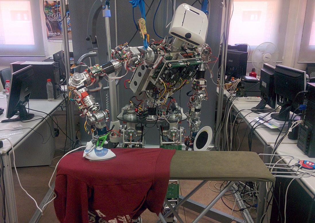 TEO, el robot español más avanzado, tiene un cuello blando