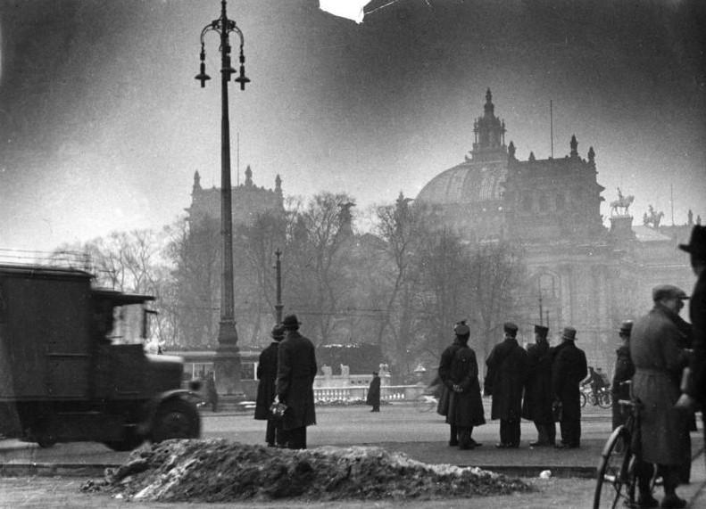El Reichstag a la mañana siguiente. De Bundesarchiv, Bild 146-1977-148-19A /