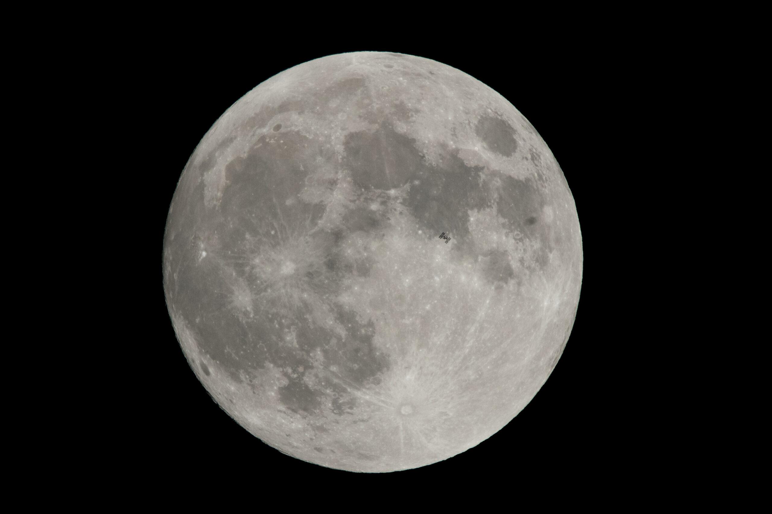 La Estación Espacial Internacional (ISS) captada al pasar delante de la Luna el pasado dos de diciembre. ((NASA/Joel Kowsky)