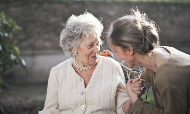 Bailar con tu abuela mejora su salud y tu visión sobre la vejez