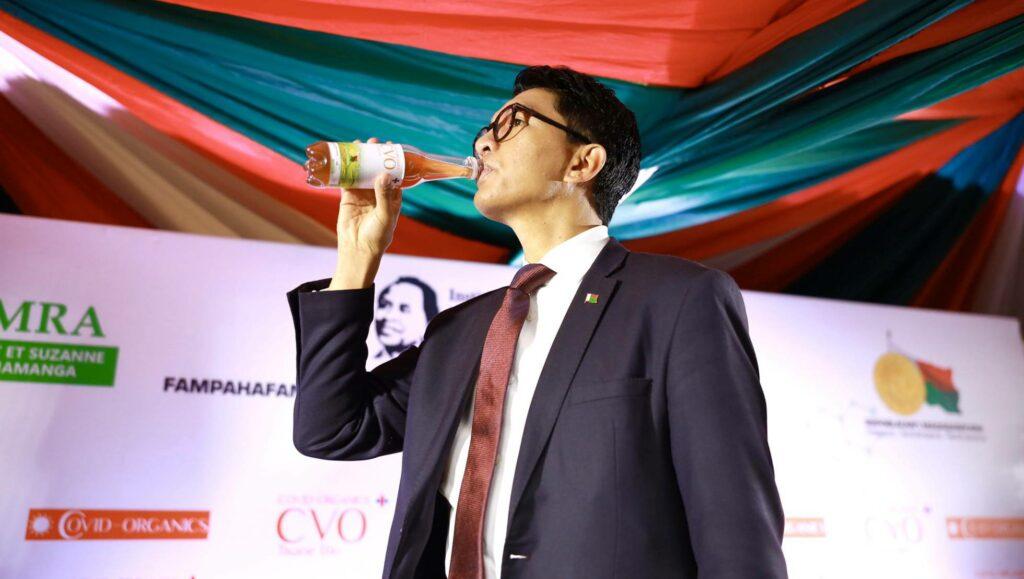presidente de Madagascar bebiendo artemisa