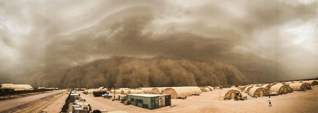 Una tormenta eléctrica se derrumba y hace que el aire y el polvo se muevan a través de la atmósfera y se transformen en una tormenta de arena en la Base Aérea 201 de Níger, Níger, 24 de junio de 2018. La Base Aérea 201 fue golpeada por cuatro tormentas de arena en las últimas dos semanas. (Foto de la Fuerza Aérea de los EE. UU. Por el aviador de primera clase Thomas Jamison)